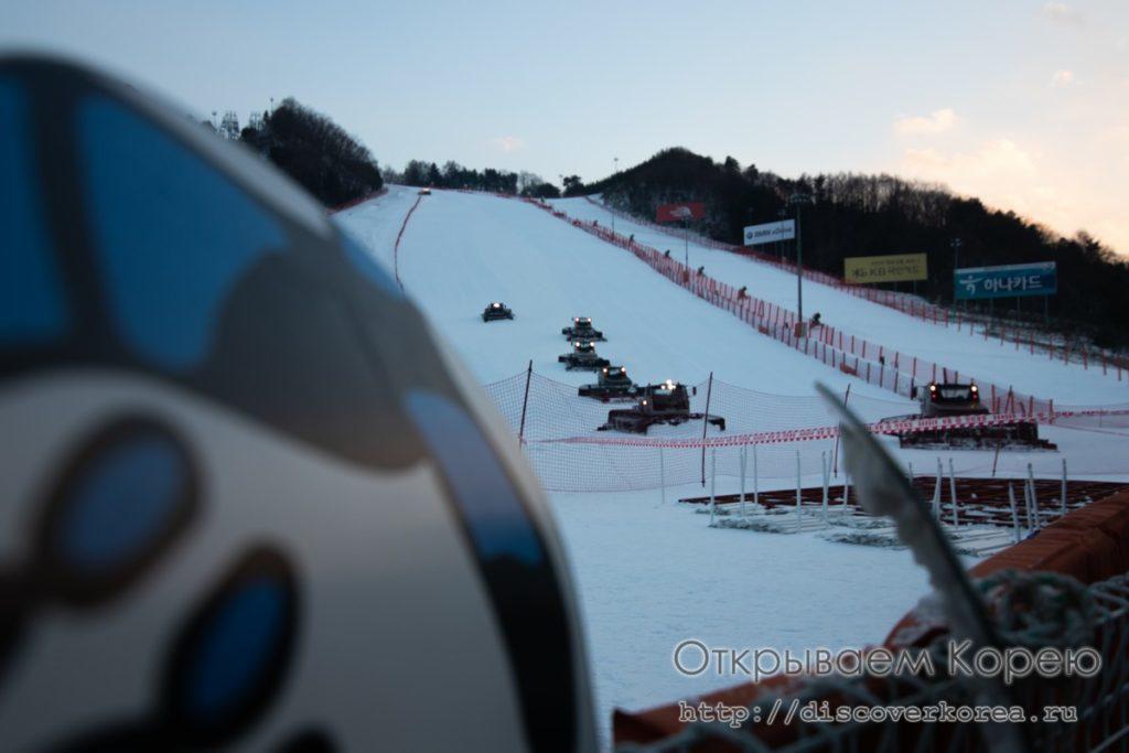 горные лыжи в Корее - подготовка трассы к ночному катанию