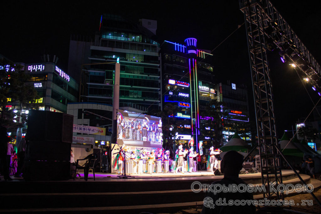 Пляжи Пусана - вечерние представление на пляже Гванангли