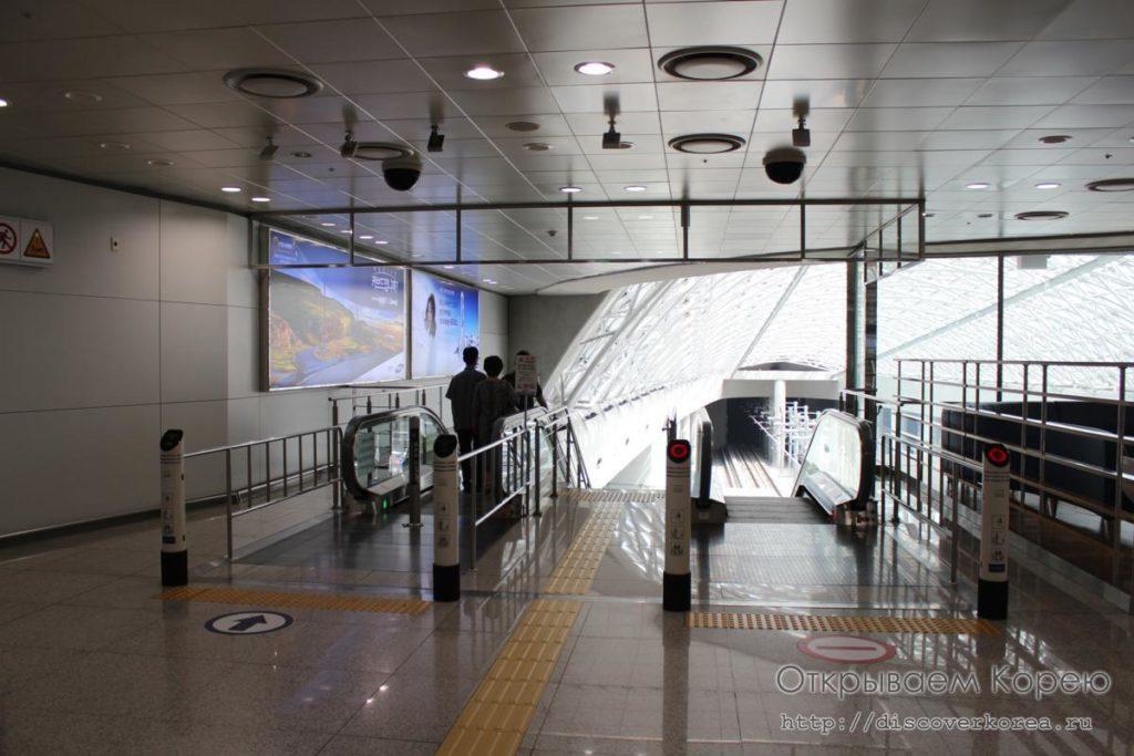 Из аэропорта Инчхон в Сеул на метро - эскалатор